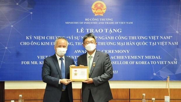越南工贸部向韩国驻越南贸易参赞授予纪念章 hinh anh 1