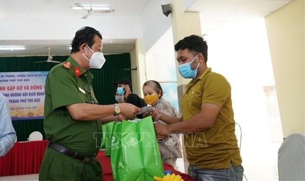胡志明市为受疫情影响的外国人赠送必需品 hinh anh 2