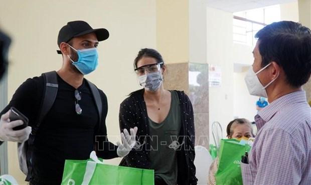 胡志明市为受疫情影响的外国人赠送必需品 hinh anh 1