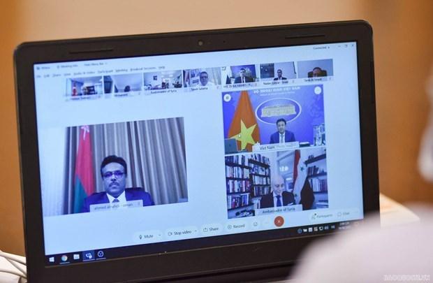 越南外交部副部长范光校与中东各国常驻和兼任驻越南大使和临时代办举行视频会议 hinh anh 1