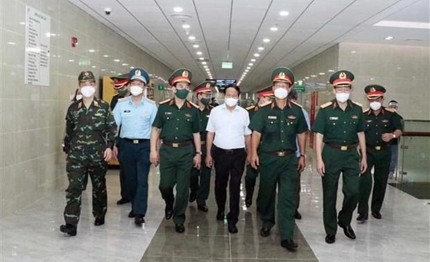 黎文成副总理和国防部长潘文江视察175号军医院的防疫工作 hinh anh 1