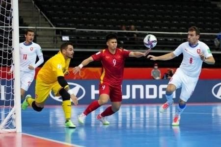 立陶宛2021国际足联室内五人制足球世界杯:越南队1-1战平捷克队晋级淘汰赛 hinh anh 2