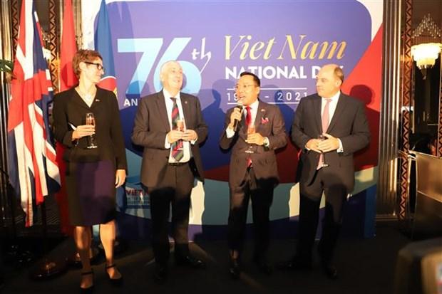 越南驻英国大使馆表彰为越南新冠肺炎疫情防控给予大力支持的个人和组织 hinh anh 1