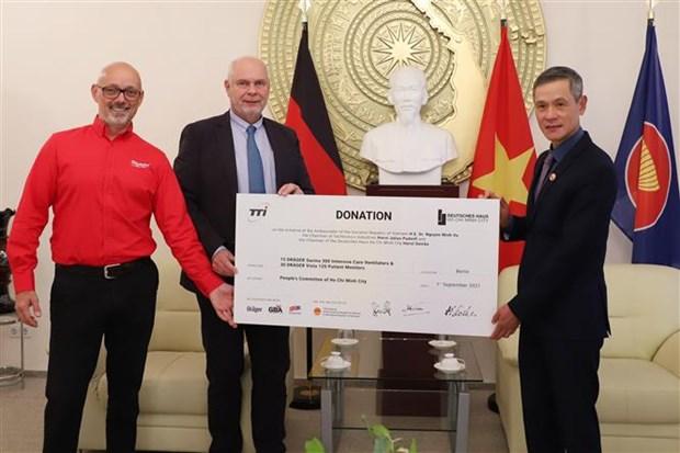 德国友人向越南捐赠近80亿越盾的医疗设备 hinh anh 1