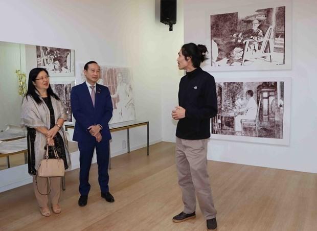越裔画家在比利时举行饮水思源画展 hinh anh 1