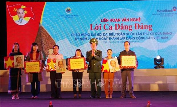 Bo doi Bien phong ho tro nguoi dan vung bien Gia Lai don Tet dam am hinh anh 1