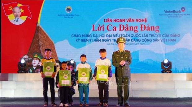 Bo doi Bien phong ho tro nguoi dan vung bien Gia Lai don Tet dam am hinh anh 3