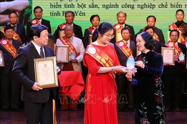 Ngay Quoc te Phu nu 8/3: Nha khoa hoc tre gui tron dam me vao cay san hinh anh 1