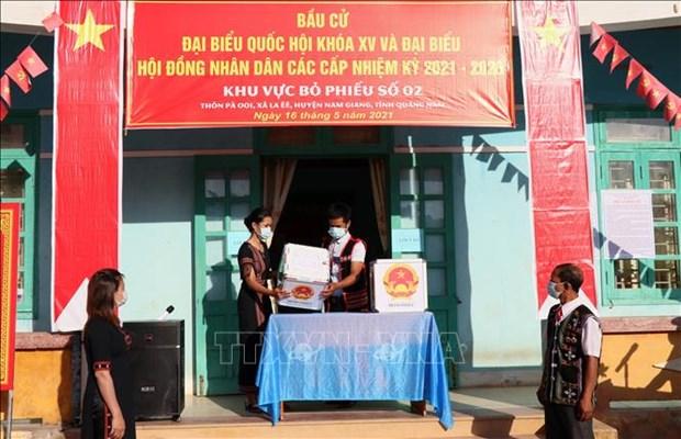 Cu tri 6 xa o huyen Nam Giang (Quang Nam) phan khoi di bo phieu trong ngay bau cu som hinh anh 2