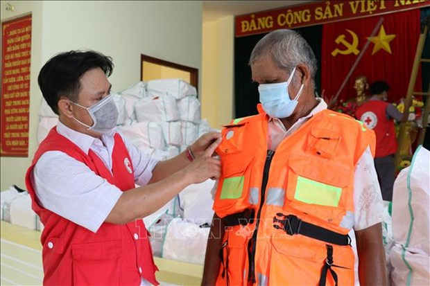 Phu Yen trao hon 1.000 ao phao cuu sinh da nang ho tro ngu dan ngheo hinh anh 1