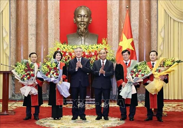 Chu tich nuoc Nguyen Xuan Phuc trao Quyet dinh bo nhiem Tham phan Toa an nhan dan toi cao hinh anh 3