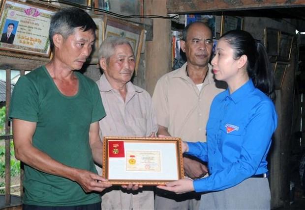 """Son La truy tang Huy hieu """"Tuoi tre dung cam""""cho dong chi Quang Van Xom hinh anh 2"""