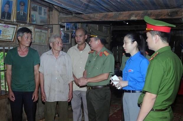 """Son La truy tang Huy hieu """"Tuoi tre dung cam""""cho dong chi Quang Van Xom hinh anh 1"""