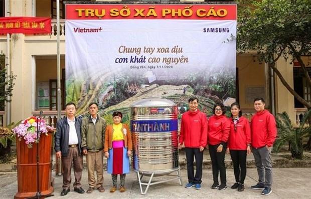 Bao VietnamPlus (TTXVN) tang bon chua nuoc sach cho dong bao vung cao thieu nuoc o Ha Giang hinh anh 1