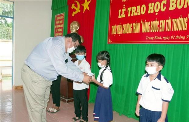 Soc Trang trao 200 suat hoc bong cho hoc sinh ngheo vung bien gioi bien hinh anh 1