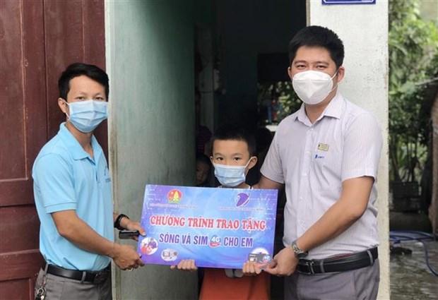 """Chuong trinh """"Song va may tinh cho em"""" - Chap canh uoc mo cho hoc tro ngheo Dak Lak hinh anh 5"""