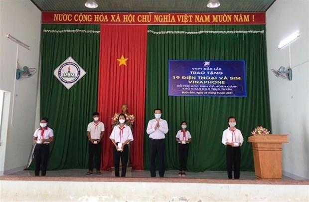 """Chuong trinh """"Song va may tinh cho em"""" - Chap canh uoc mo cho hoc tro ngheo Dak Lak hinh anh 3"""