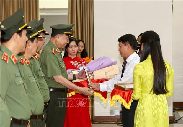 Giao luu dien hinh tien tien Cong an nhan dan va cac nha bao tieu bieu cua Thong tan xa Viet Nam hinh anh 9