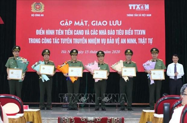 Giao luu dien hinh tien tien Cong an nhan dan va cac nha bao tieu bieu cua Thong tan xa Viet Nam hinh anh 10