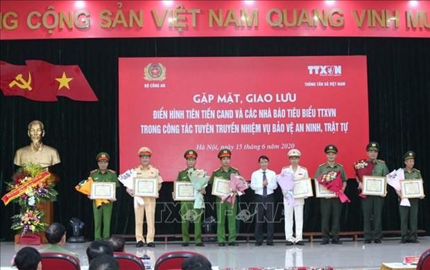 Giao luu dien hinh tien tien Cong an nhan dan va cac nha bao tieu bieu cua Thong tan xa Viet Nam hinh anh 11