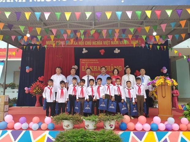 Nha xuat ban Giao duc Viet Nam tang SGK cho tre em co hoan canh kho khan tai tinh Ha Giang hinh anh 2