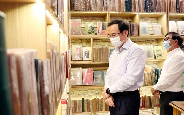 Bi thu Thanh uy Nguyen Van Nen tham Duong sach thanh pho Ho Chi Minh hinh anh 2