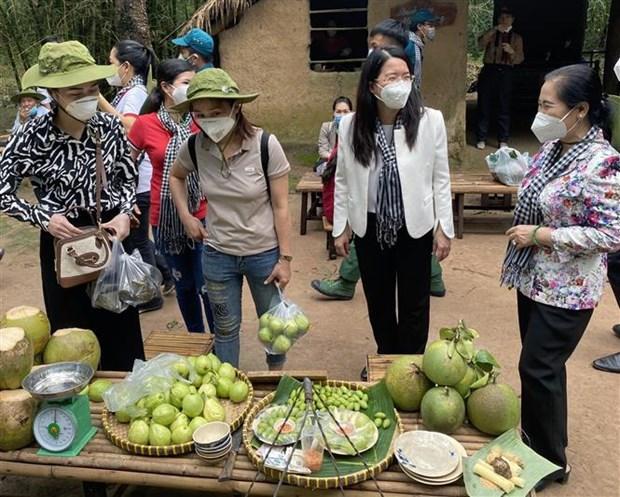 Thanh pho Ho Chi Minh tiep tuc to chuc cac tour du lich ve nguon, tri an luc luong tuyen dau chong dich COVID-19 hinh anh 2