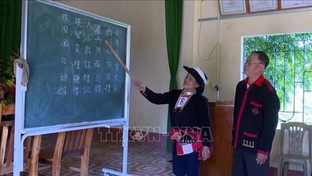 Ong Phung Quang Du tam huyet voi viec giu gin va truyen day chu nom Dao hinh anh 1