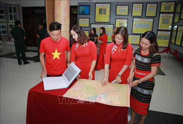 """Quang Tri: Trien lam luu dong """"Hoang Sa, Truong Sa cua Viet Nam - Nhung bang chung lich su va phap ly"""" hinh anh 3"""