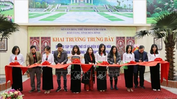 "Tien toi Dai hoi XIII cua Dang: Hoa Binh khai truong phong trung bay ""Bo suu tap Tranh tho co va hien vat van hoa"" hinh anh 2"