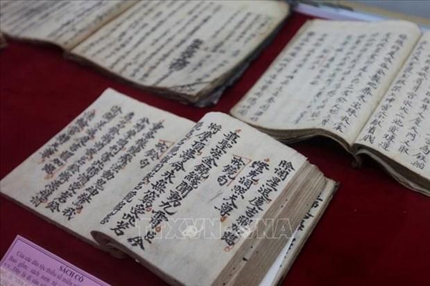 "Tien toi Dai hoi XIII cua Dang: Hoa Binh khai truong phong trung bay ""Bo suu tap Tranh tho co va hien vat van hoa"" hinh anh 4"