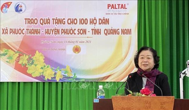 Tang qua cho dong bao mien nui o Quang Nam bi thiet hai do bao lu hinh anh 2