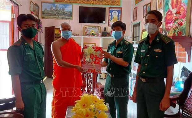 Tham, tang qua mot so diem chua o Soc Trang nhan dip le Sene Dolta hinh anh 1