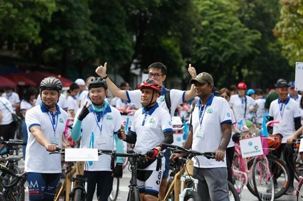 升龙-河内建都1010周年: 为了绿色河内的骑自行车友好活动吸引约400人参加 hinh anh 1