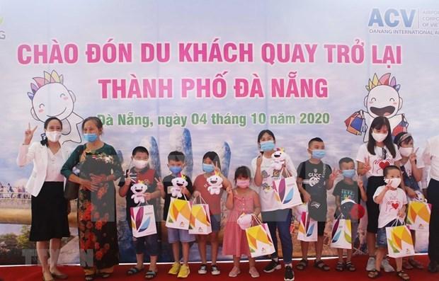 岘港市因新冠肺炎疫情暂停旅游活动两个月后迎来首批国内游客 hinh anh 1