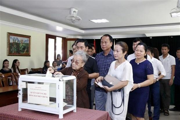 在老挝越南人心系祖国中部灾区 hinh anh 1