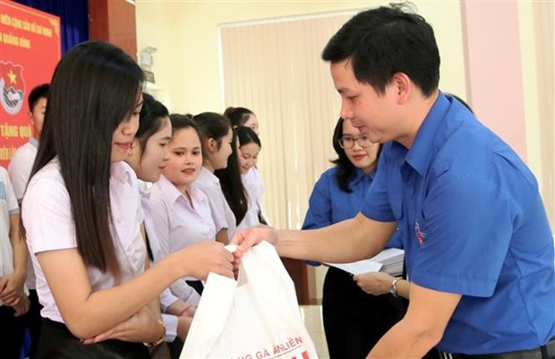 广平省向在当地学习的老挝特困留学生赠送慰问品 hinh anh 2