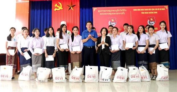 广平省向在当地学习的老挝特困留学生赠送慰问品 hinh anh 1