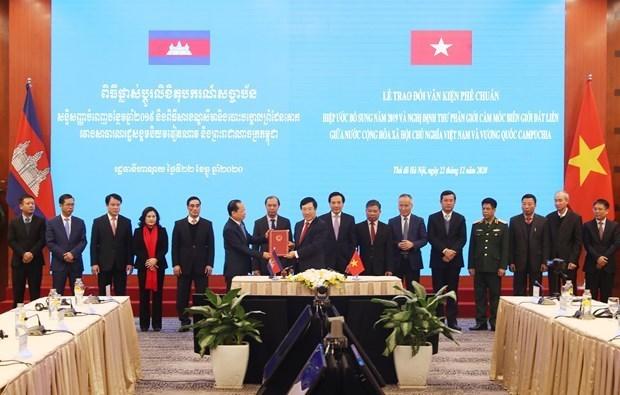关于越南与柬埔寨陆地边界勘界立碑成果的两项法律文件正式生效 hinh anh 1