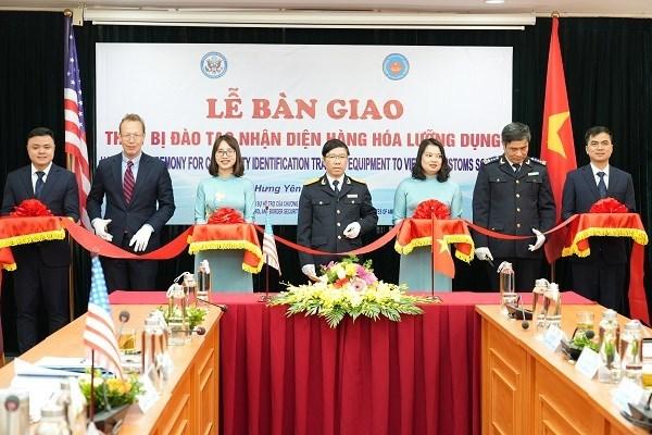 越南海关接收美国双重用途的商品识别培训设备 hinh anh 1