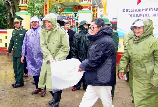农业与农村发展部部长阮春强看望慰问受灾害影响的民众 hinh anh 2