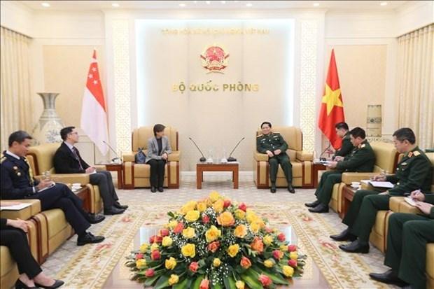 越南国防部长吴春历大将会见新加坡驻越大使 hinh anh 1