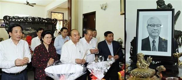 越南政府总理阮春福敬香缅怀党和国家领导人 hinh anh 1