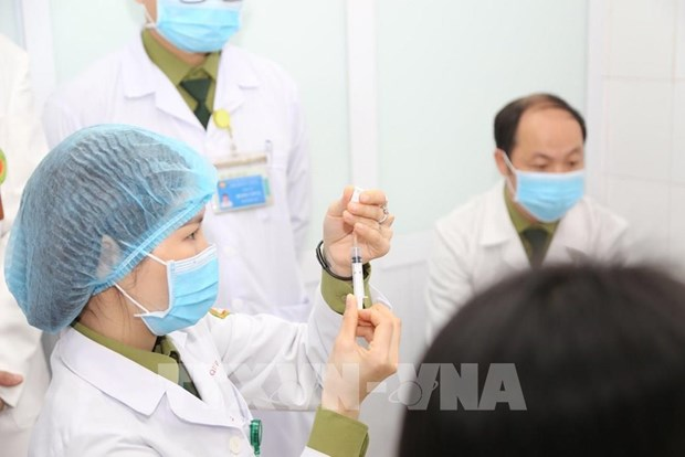 越南研制新冠疫苗Nano Covax二期试验:首批志愿者已完成接种 hinh anh 1