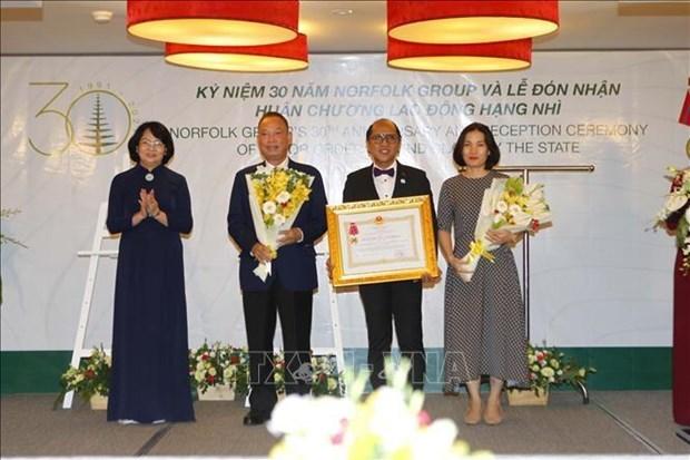 国家副主席邓氏玉盛向诺福克集团授予二等劳动勋章 hinh anh 1