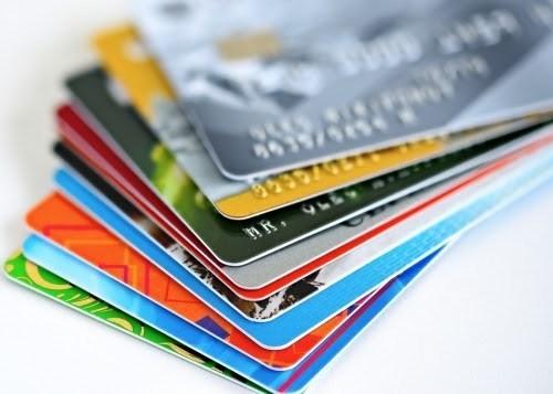 越南银行自今日起开始发布加芯片ATM卡 hinh anh 1
