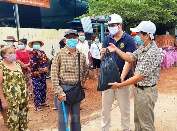 越南驻西哈努克圣殿省总领事馆向旅居疫情封锁区越南同胞提供救援物资 hinh anh 1