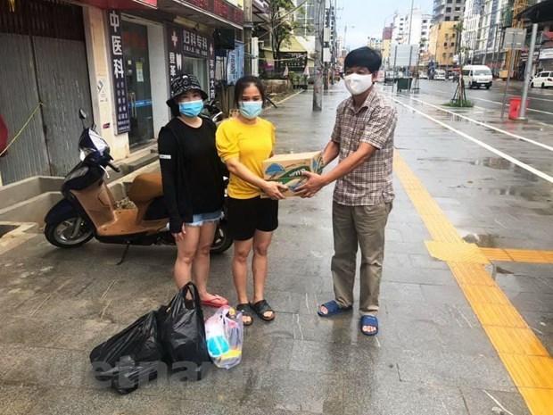 越南驻西哈努克圣殿省总领事馆向旅居疫情封锁区越南同胞提供救援物资 hinh anh 2