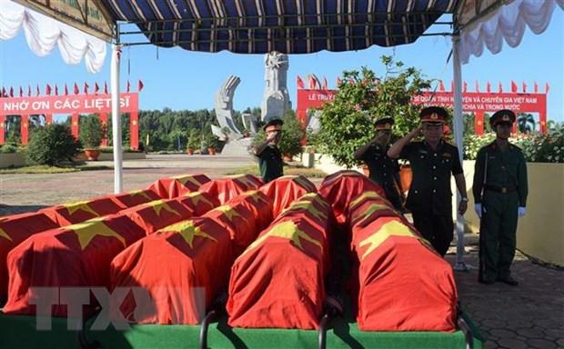 广治省为24具在老挝牺牲的越南烈士遗骸举行追悼会和安葬仪式 hinh anh 1