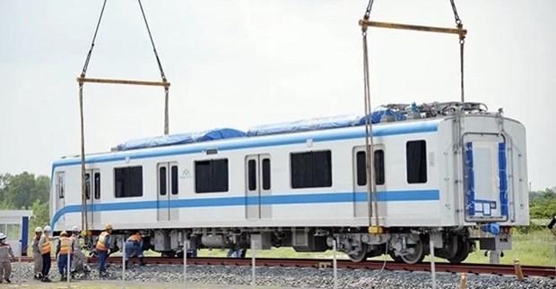 承包商将滨城-仙泉地铁1号线各列车安装在各条轨道上 hinh anh 1